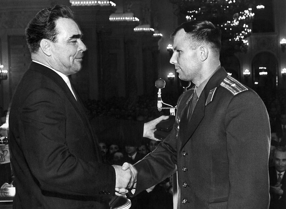 Рукопожатие Брежнева и Гагарина.