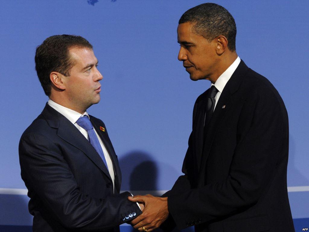 Рукопожатие Обамы и Медведева